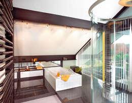 Bagno in stile in stile Moderno di DAVINCI HAUS GmbH & Co. KG