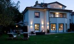 il progetto di una villa: Case in stile in stile Moderno di archbcstudio