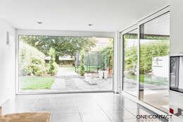 TANZ AUS DER REIHE: moderne Wohnzimmer von ONE!CONTACT - Planungsbüro GmbH
