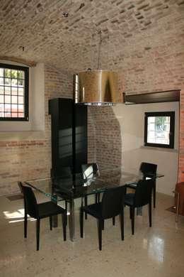 La zona pranzo al livello terra della torre.: Sala da pranzo in stile in stile Moderno di Cumo Mori Roversi Architetti