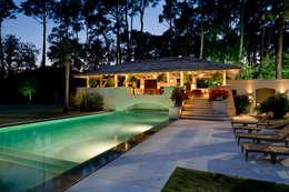 Piscinas de estilo rústico por Artigas Arquitectos