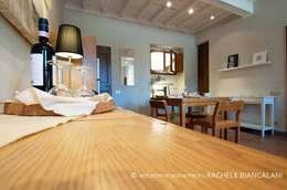 Salas de estilo mediterraneo por Rachele Biancalani Studio