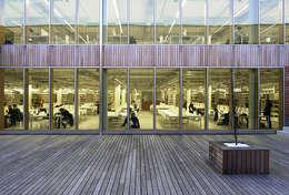 salas de lectura de la biblioteca desde el jardín interior: Escuelas de estilo  de JAAM sociedad de arquitectura