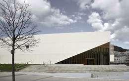 Acceso desde el Sureste: Escuelas de estilo  de JAAM sociedad de arquitectura