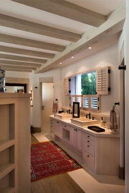 Banheiros rústicos por Artigas Arquitectos