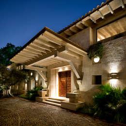 Entrada: Ventanas de estilo  por Artigas Arquitectos