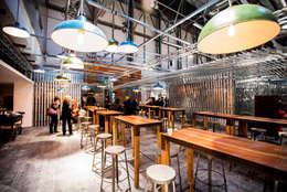 Sala da pranzo in stile in stile Industriale di Q:NØ Arquitectos