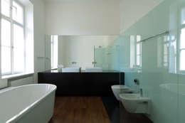Wohnung D: Bagno in stile  di Christian Schwienbacher