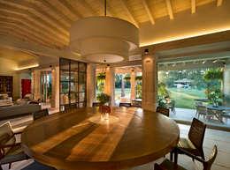 Salas de jantar modernas por Artigas Arquitectos