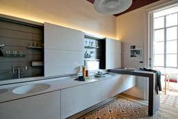Cocinas de estilo moderno por Trestrastos
