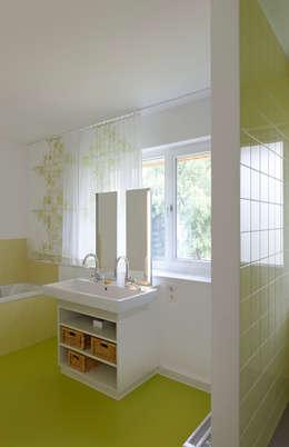 Baños de estilo moderno por mori