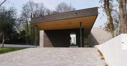 War House: Garage / Hangar de style de style Moderne par Allegre + Bonandrini architectes DPLG