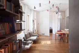 Renovation in Pigneto neighborhood in Rome.: Soggiorno in stile in stile Moderno di Studio Cassiani