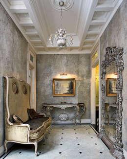Villa in Russia: Ingresso & Corridoio in stile  di Scultura & Design S.r.l.