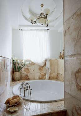 Villa in Russia: Bagno in stile in stile classico di Scultura & Design S.r.l.