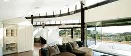 Soggiorno in stile in stile Moderno di MIAS Architects