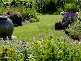 Giardino in stile in stile Classico di Landscapes & Cie