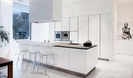 Casa M: Cucina in stile in stile Moderno di monovolume architecture + design