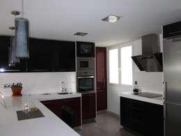 Casas de estilo moderno por Empresa constructora en Madrid