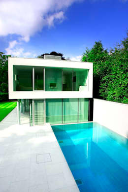 modern Houses by London Swimming Pool Company