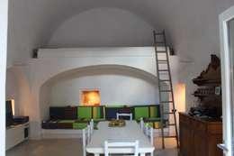Via Chiesa 5: Soggiorno in stile in stile Mediterraneo di Studio Ricciardi Architetti
