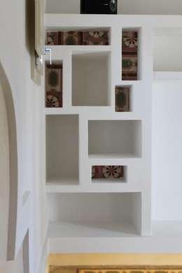 Salones de estilo mediterráneo de Studio Ricciardi Architetti