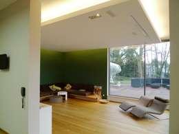Villa in Saarbrücken: moderne Wohnzimmer von Bolz Licht & Design GmbH