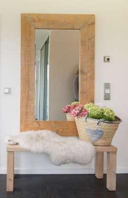 Bank: moderner Flur, Diele & Treppenhaus von Luna Homestaging