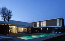 Villa La Modern: Case in stile in stile Moderno di Cannata&Partners Lighting Design