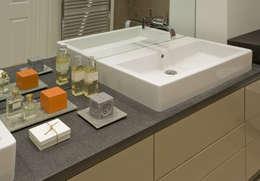 Bagno in stile in stile Moderno di LEIVARS