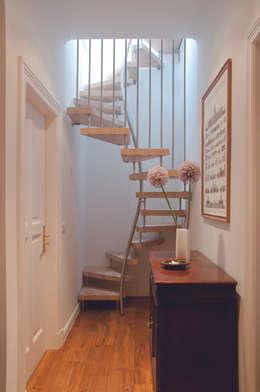 KENNGOTT-1qm-Treppe 3660.1: moderner Flur, Diele & Treppenhaus von KENNGOTT-TREPPEN Longlife Holz Metall Stein