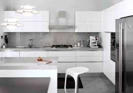 cucina: Cucina in stile in stile Moderno di marta novarini architetto