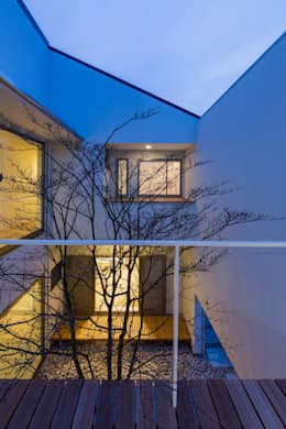The House creates open land scape: Kenji Yanagawa Architect and Associatesが手掛けたベランダです。
