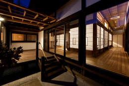 伝統のしつらえと、モダンライフの融合: 吉田建築計画事務所が手掛けたベランダです。