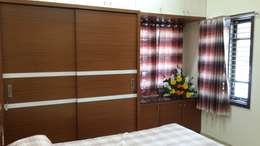 Sliding door wardrobe in the bedroom: modern Bedroom by Hasta architects