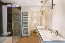 Appartement 140m²: Salle de bains de style  par blackStones