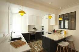 Appartement Parisien: Cuisine de style de style Moderne par Camille Hermand Architectures