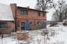Hofansicht: rustikaler Garten von Gabriele Riesner Architektin