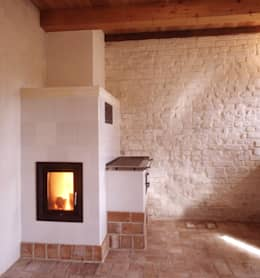Holzfeuerofen im Erdgeschoss: rustikale Wohnzimmer von Gabriele Riesner Architektin
