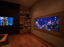 tropische Wohnzimmer von Aquarium Architecture
