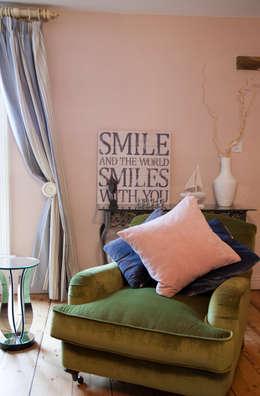 Salas de estilo ecléctico por Designs for Living by Claire Beckhaus