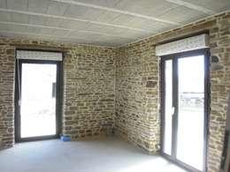 Salones de estilo ecléctico de Christèle BRIER Architechniques