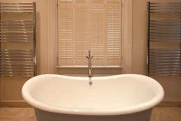 Salle de bains de style  par Hélène Dabrowski Interiors