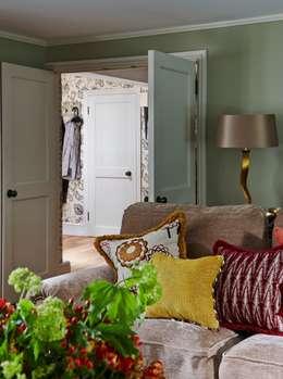 غرفة المعيشة تنفيذ Charlotte Crosland Interiors
