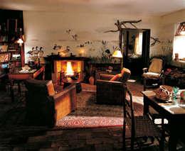 Trompe l'oeil taverna: Soggiorno in stile in stile Rustico di INTERNO78.IT - DECORAZIONI D'INTERNI