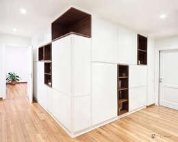 Casa PNS: Ingresso & Corridoio in stile  di Tramas
