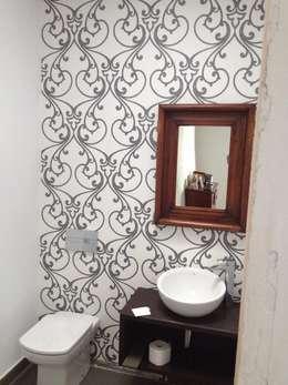 reforma de aseo con papel vinílico: Baños de estilo moderno de SERRANOS Studio