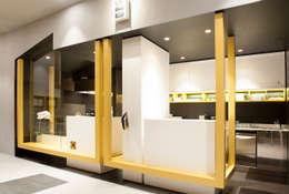Panzerotteria NOVIELLO: Ingresso, Corridoio & Scale in stile in stile Moderno di Pasquale Gentile Architetto