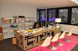 BUREAU: Bureau de style de style Moderne par DOGSIGN