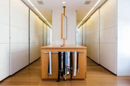 moderne Kleedkamer door Airbnb Germany GmbH